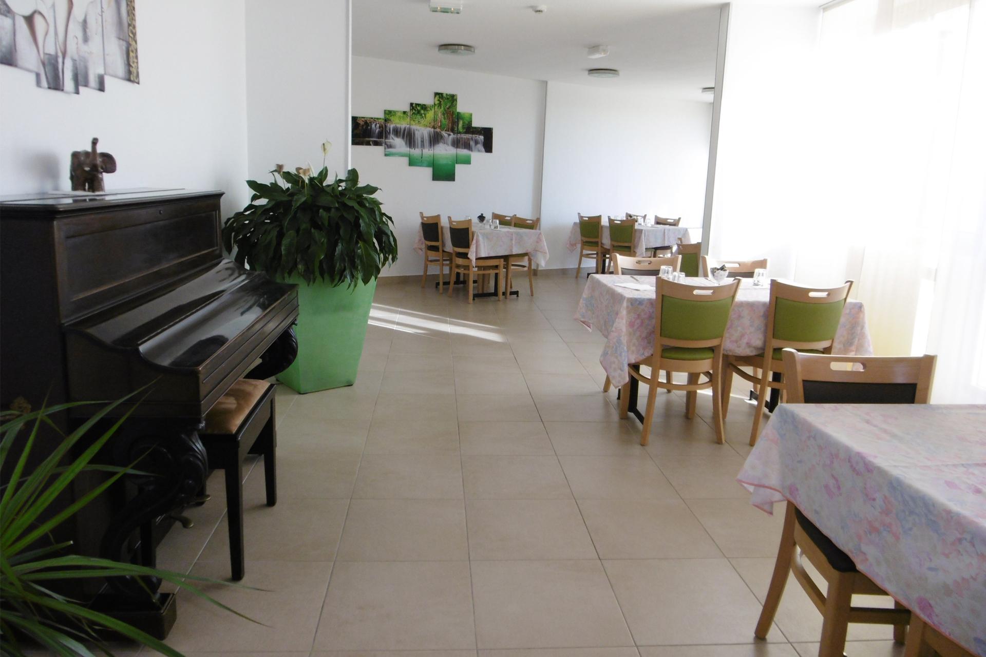 Salle à manger et piano de la Clinique du Val d'Estreilles